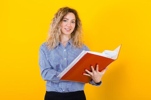 Donna in camicia con cartella grande Foto Premium