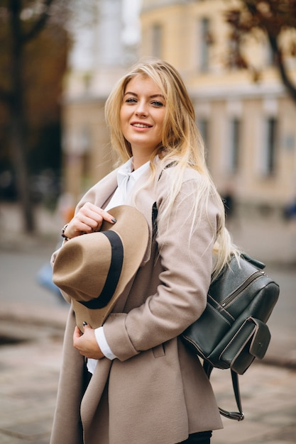 Donna in cappello con borsa in viaggio | Scaricare foto gratis