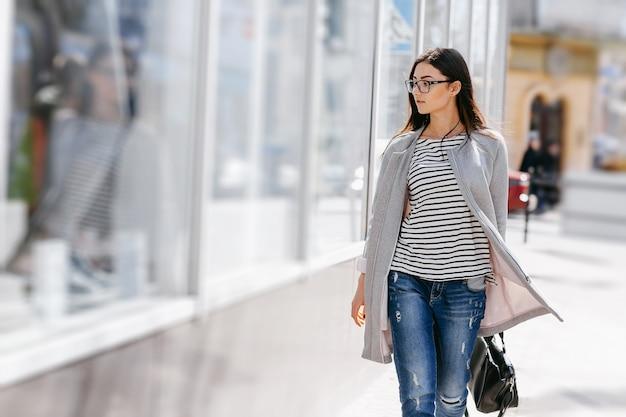 Donna in cerca di una vetrina Foto Gratuite
