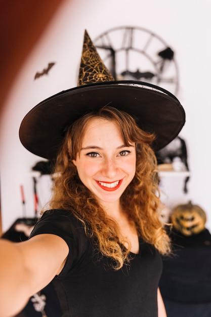 Donna in costume da strega e cappello a punta Foto Gratuite