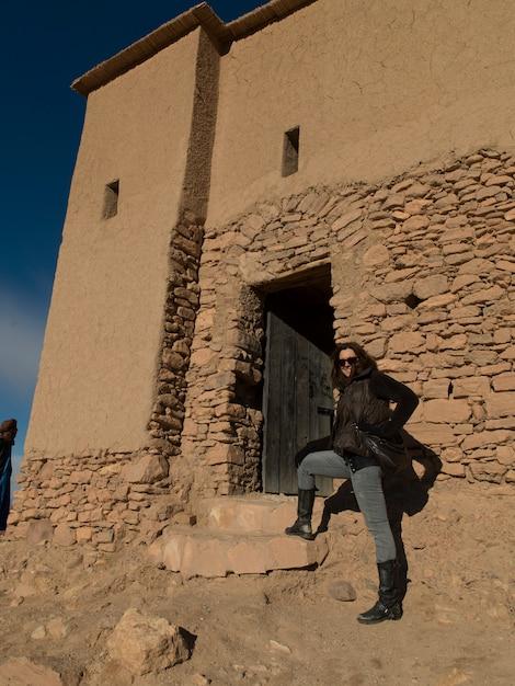 Donna in fortezza, ait benhaddou, ouarzazate, souss-massa-draa, marocco Foto Premium