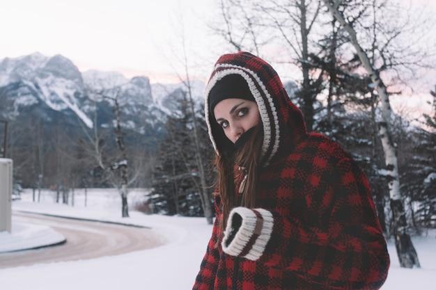 Donna in giacca calda sullo sfondo della natura Foto Gratuite