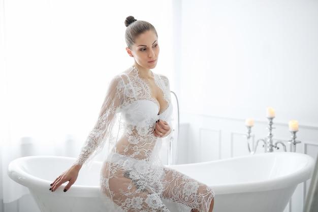 Donna in lingerie bianca Foto Gratuite