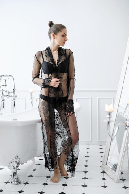 Donna in lingerie nera Foto Gratuite