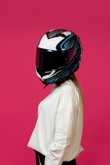 Donna in maglione bianco con casco da motociclista Foto Gratuite