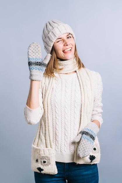 Donna in maglione che mostra gesto di saluto Foto Gratuite