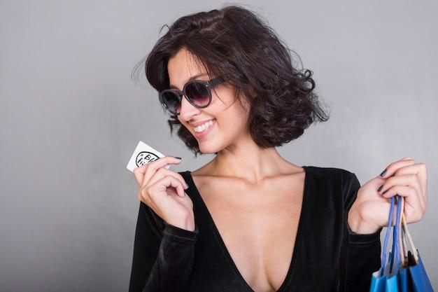 Donna in nero con carta di credito Foto Gratuite