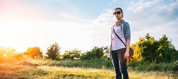 Donna in piedi su un prato Foto Premium