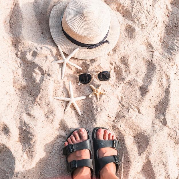 Donna in piedi sulla spiaggia di sabbia con stelle marine Foto Gratuite