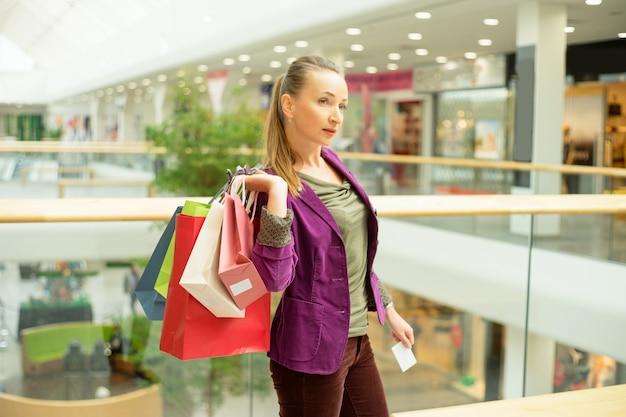 Donna in posa con borse della spesa Foto Premium