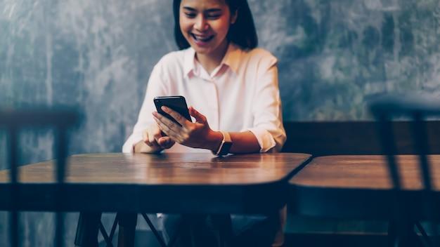 Donna in possesso di uno smartphone Foto Premium