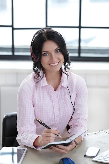 Donna in ufficio Foto Gratuite