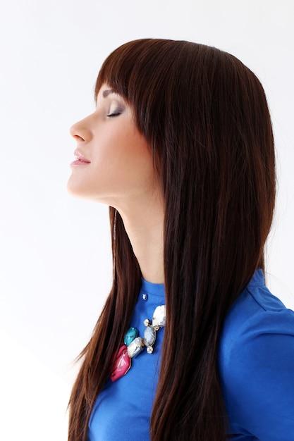 Donna in una maglietta blu e una collana Foto Gratuite