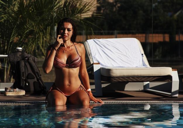 Donna in una piscina Foto Gratuite
