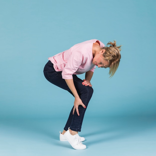 Donna infelice che soffre di forti dolori alla gamba Foto Gratuite
