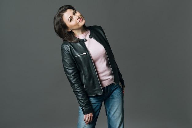 Donna invecchiata centrale positiva su fondo grigio Foto Premium