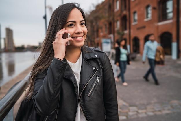 Donna latina che parla al telefono. Foto Premium