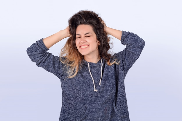 Donna latina che scuote i capelli Foto Premium