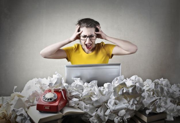 Donna lavoratrice arrabbiata confusa Foto Premium