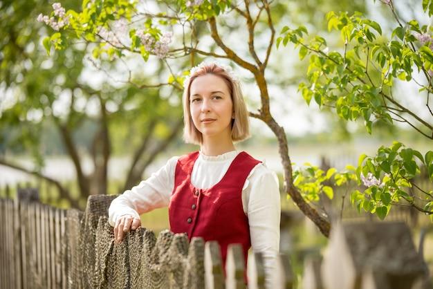 Donna lettone in abiti tradizionali. ligo folk. Foto Premium
