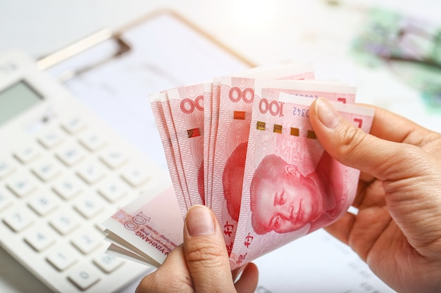 Donna, mano, conteggio, soldi, rmb Foto Gratuite