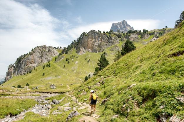 Donna matura che fa un'escursione nelle montagne di pirenei Foto Premium