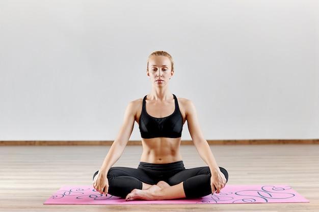 Donna, meditare ritratto in studio al coperto Foto Premium