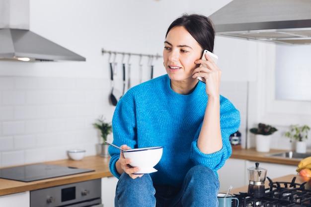 Donna moderna facendo colazione in cucina | Scaricare foto ...