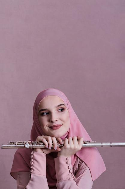 Donna musulmana che suona il flauto Foto Gratuite