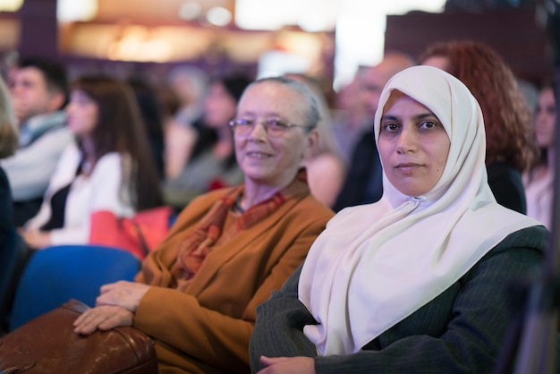 Donna musulmana con hijab e madre nel pubblico Foto Premium