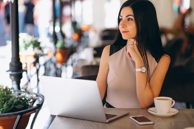 Donna musulmana di affari che lavora al computer Foto Gratuite