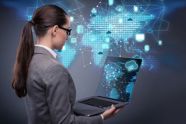 Donna nel concetto di cloud computing Foto Premium