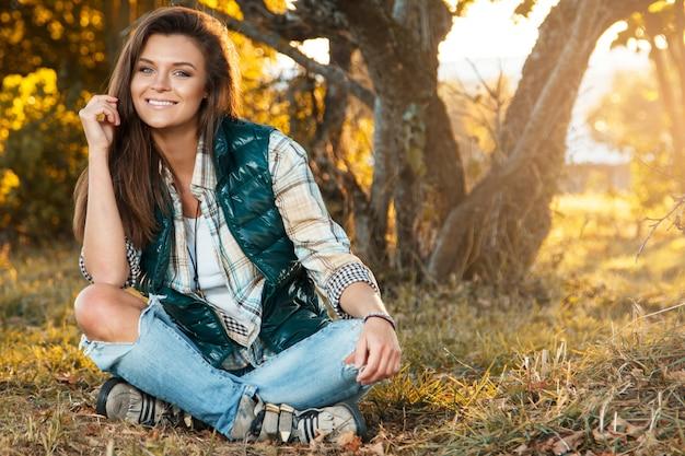 Donna nel parco al giorno soleggiato di autunno Foto Premium
