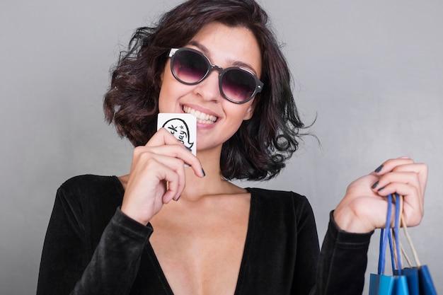 Donna nella carta di credito mordace nera Foto Gratuite