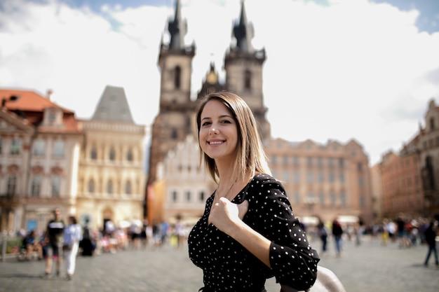 Donna nella città vecchia di praga, repubblica ceca Foto Premium
