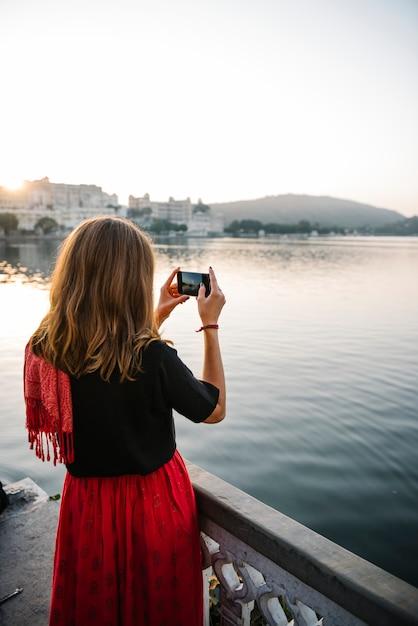 Donna occidentale che cattura la vista della città di udaipur, india Foto Gratuite