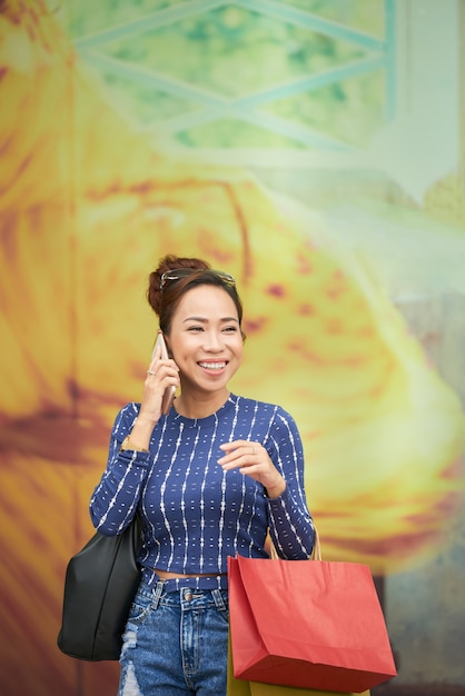 Donna parla al telefono Foto Gratuite