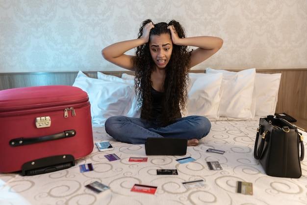 Donna preoccupata e disperata che calcola le spese fiscali delle fatture e che conta le finanze domestiche Foto Premium