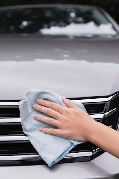 Donna pulizia al di fuori della macchina Foto Gratuite