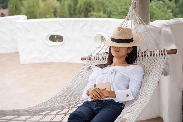 Donna rilassata felice che dorme su un'amaca Foto Gratuite
