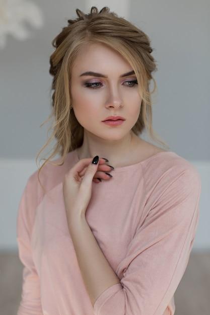 Donna romantica in un abito vintage rosa Foto Premium