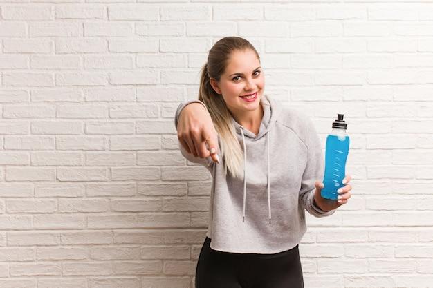 Donna russa di giovane forma fisica che tiene una bevanda di energia Foto Premium