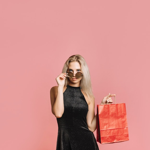 Donna seducente con sacchetto di carta Foto Gratuite