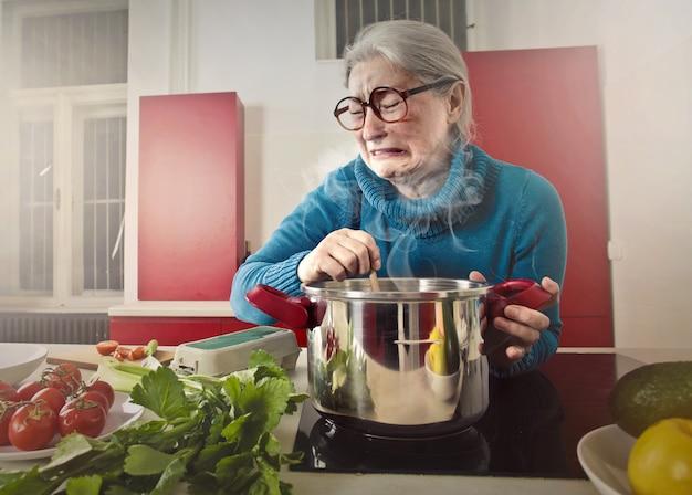Donna senior che assaggia qualcosa di cattivo Foto Premium