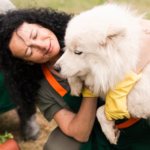 Donna senior del primo piano con il suo cane Foto Gratuite