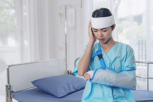 Donna sola di mal di testa di lesione ai pazienti di incidente in ospedale - concetto medico Foto Gratuite