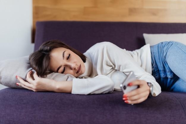 Donna sonnolenta sogna sul letto dopo una dura giornata di lavoro Foto Gratuite