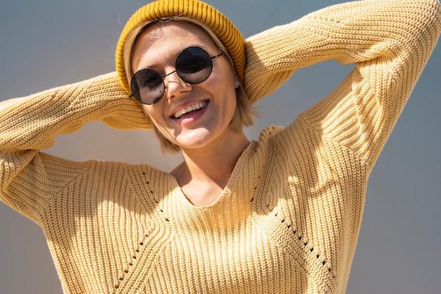 Donna sorridente che gode del sole Foto Gratuite
