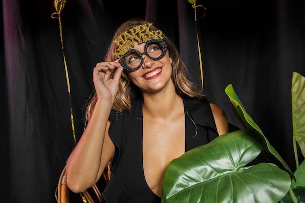 Donna sorridente con gli occhiali felice anno nuovo 20202 Foto Gratuite