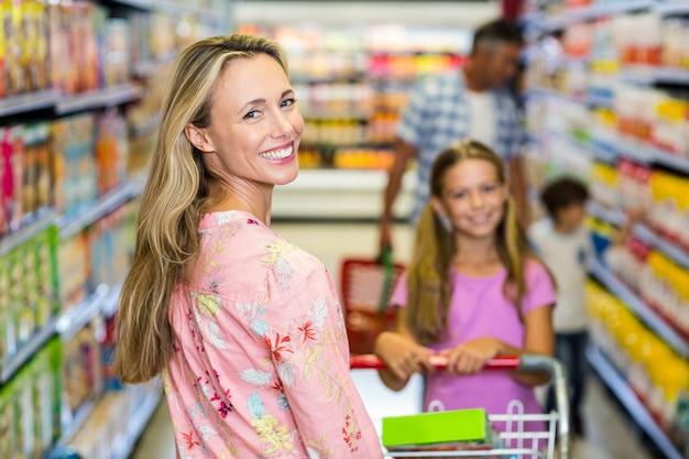Donna sorridente con la sua famiglia Foto Premium